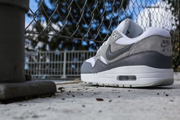 Nike-Air-Max-1-WMNS-Essential-White-Cool-Grey-Wolf-Grey-Light-Base-Grey-3