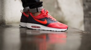 Nike Air Max Tavas Essential – Dark Obsidian / Bright Crimson