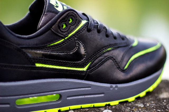 nike-wmns-air-max-1-cut-out-black-volt-2
