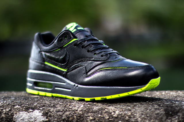 nike-wmns-air-max-1-cut-out-black-volt-3