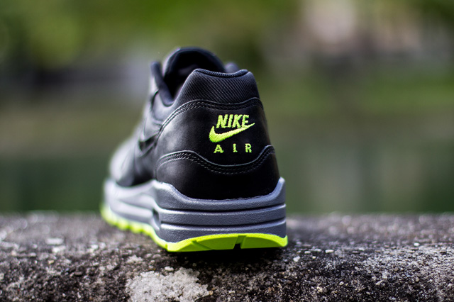 nike-wmns-air-max-1-cut-out-black-volt-4