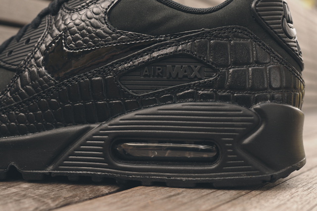 nike-wmns-air-max-90-triple-black-croc-7